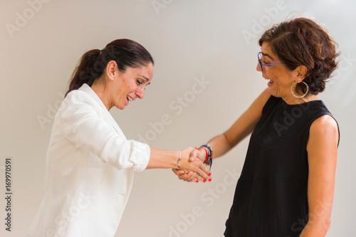 Dos mujeres dándose la mano en actitud de dolor agudo. Canvas Print