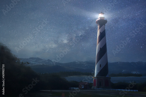 Foto A lighthouse under night sky