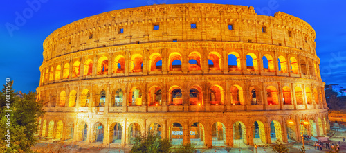 Photo Beautiful landscape of the Colosseum in Rome- one of wonders of the world  in the evening time