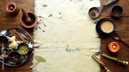 チャイとステンレス食器に盛ったスパイスと古紙