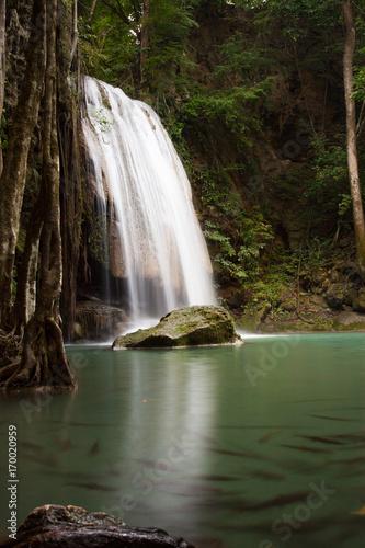 duzy-wodospad-w-lesie-deszczowym-w-tajlandii
