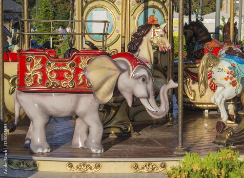 Zdjęcie XXL stary karuzela kolorowe słonia w złotym świetle wieczoru
