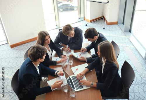 Zdjęcie XXL Spotkanie biznesowe w biurze, biznesmeni omawiają dokument.