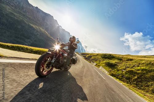 Fototapeta Kierowca motocykla w alpejskiej szosie. Fotografia plenerowa