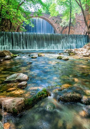 bajkowa-sceneria-z-wodospadem-i-mostem-w-pastelowych-kolorach