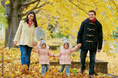 Plakat Rodzina chodzi w parku w jesieni. Rodzice z dziećmi chodzą w naturze w październiku.