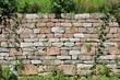 Fachmännisch aufgebaute Trockenmauer aus Buntsandstein als Reptilien- und Amphibien-Biotop für den Naturschutz in Hirschhorn am Neckar