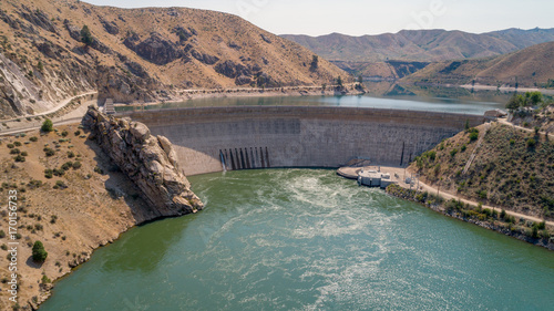 Photo sur Toile Barrage Hydroelectric Dam in Idaho with one side full