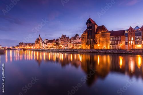 Plakat Stare Miasto w Gdańsku z portem i średniowieczny dźwig w godzinach wieczornych