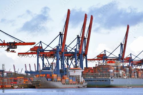 Plakat Statki ładowane do portu przy terminalu kontenerowym // Wysyła ładunki w porcie przy terminalu kontenerowym