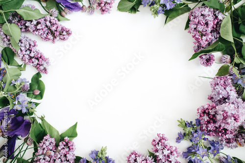 Foto auf AluDibond Flieder Frame of lilac flowers, branches, leaves and petals with space for text on white background. Flat lay, top view