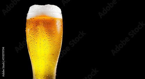 Papiers peints Biere, Cidre Beer. Glass of cold beer with water drops. Craft beer isolated on black background
