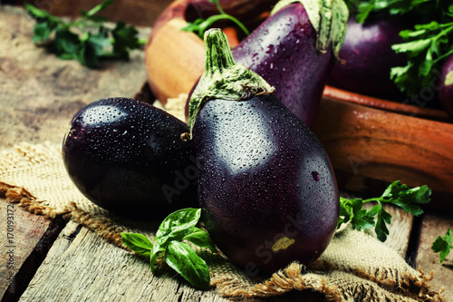 Photo  Fresh eggplants, rustic style, vintage wooden background, selective focus