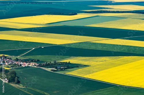 Papiers peints Orange Vue aérienne de champs de colza à Orphin dans les Yvelines en France
