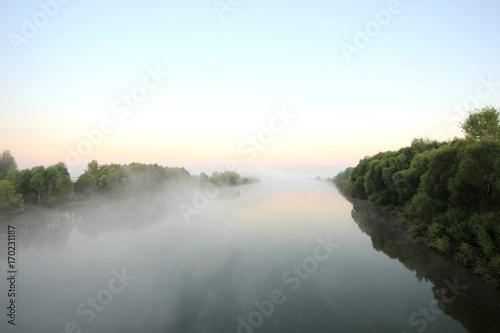 rzeka-we-mgle-we-wczesnych-godzinach-porannych