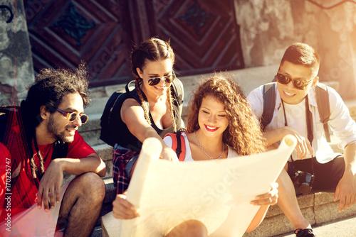 Zdjęcie XXL Grupa pięknych turystów jest razem patrząc na mapę.