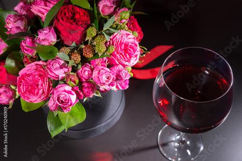 piekny-bukiet-rozowych-kwiatow-i-kieliszek-wina