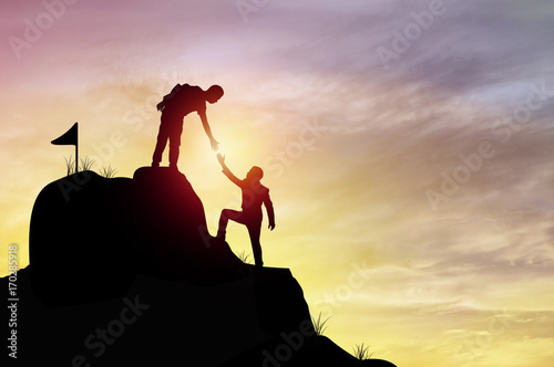 Fotografía  silhouette people helping hand to climb mountain rock, concept as winner, improv