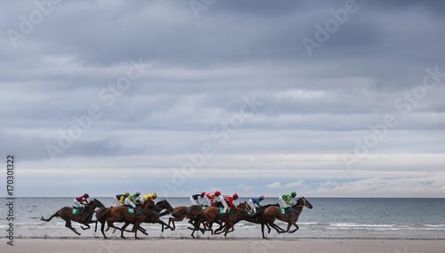 Fotografía  Horse race galloping on the beach