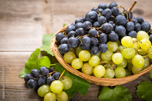 Fotografiet  Fresh grapes in the basket