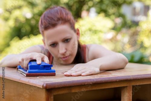 Junge Frau Beim Schleifen Auf Mobel Aus Holz Schleifklotz Mit