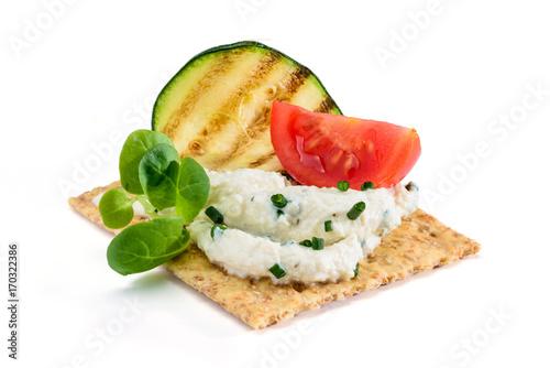Foto op Plexiglas Voorgerecht Antipasto con cracker , crema di soia, pomodoro, valeriana e zucchino