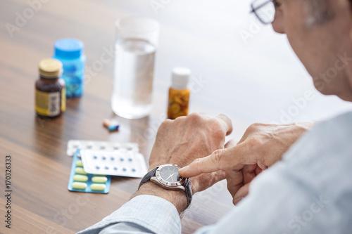 Carta da parati Time to take pills for old man