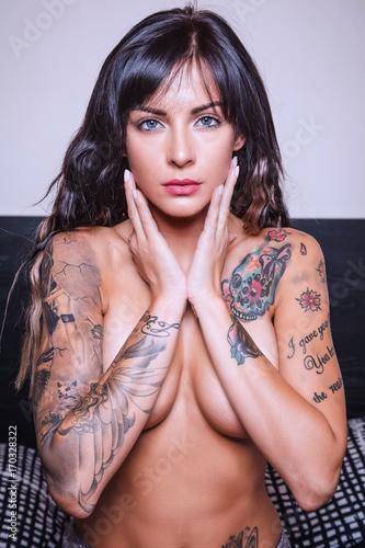 Fotografía  ritratto di bella ragazza tatuata