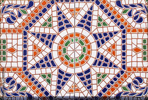 szczegol-tradycyjne-plytki-od-fasady-stary-dom-plytki-dekoracyjne-tradycyjne-kafelki-kwiatowy-ornament