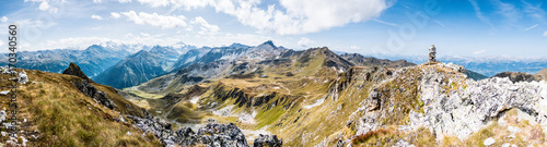 Poster Panoramafoto s Alpenpanorama Wallis mit Steinpyramide, Alpen im Valais, la Brinta, von Vercorin nach Grimnetz, Eifischtal, Schweiz