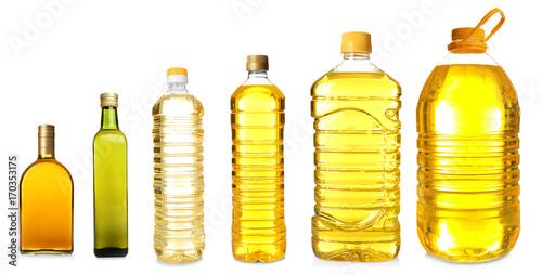 Różne butelki z olejem do smażenia na białym tle
