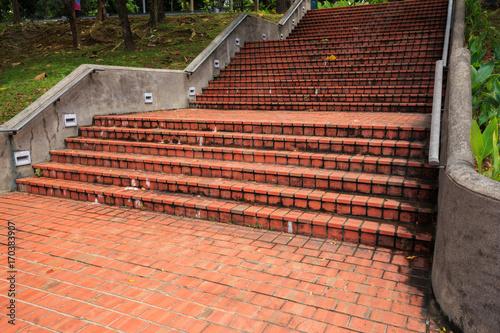 schody zewnętrzne w parku publicznym
