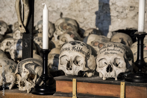 Fotografía  Skulls painted with names, colorful flowers and crosses in the Charnel House or