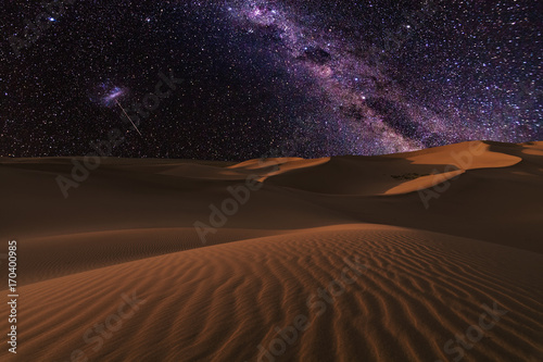 Photo sur Toile Desert de sable Amazing views of the Sahara desert under the night starry sky.