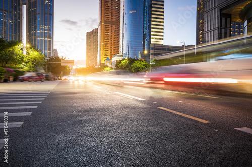 Plakat Chiny Szanghaj nowoczesna architektura, ruch rozmycie samochodu.