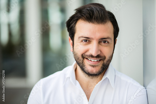 Photo  elegant man in white shirt outside