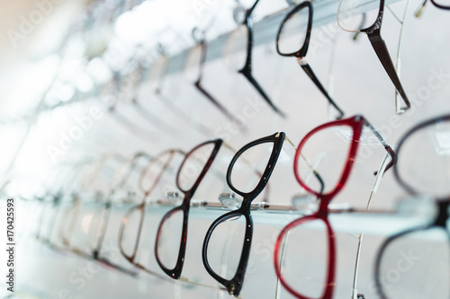 Fotografía  Eyeglasses frames in optical store.