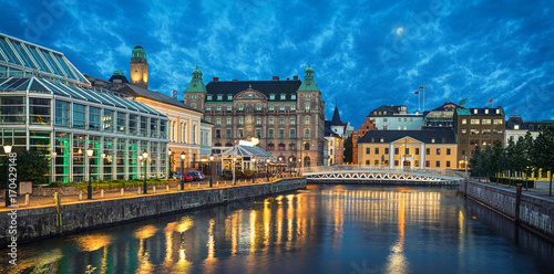 Fotografía  Panoramic view of Malmo skyline from canal in the evening, Sweden