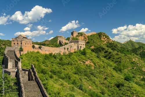 Stickers pour portes Muraille de Chine Great Wall of China winding its way over the mountains with beautiful sky