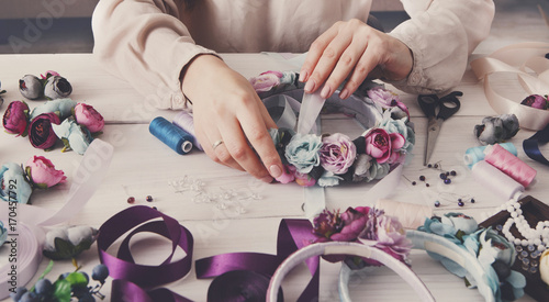 Fotografía  Handmade headbands making, home workshop