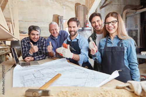Fotografia  Handwerker halten die Daumen hoch