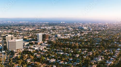 Obraz na płótnie Widok z lotu ptaka budynki na pobliskim Wilshire bulwarze w Westwood, Los Angeles, CA