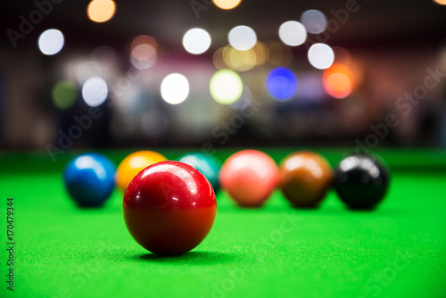 Obraz na plátně Red snooker ball on snooker table