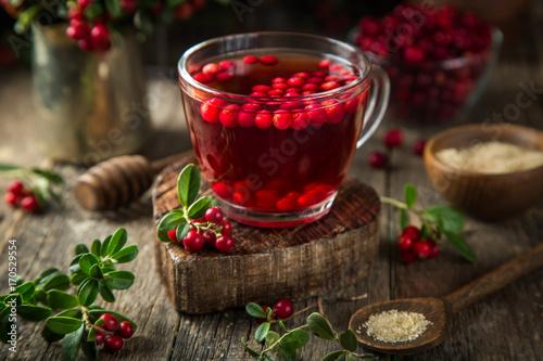 czerwony-napoj-w-szklankach-na-desce
