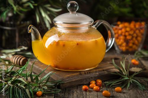 goraca-herbata-z-rokitnikiem-w-szklanym-czajniku