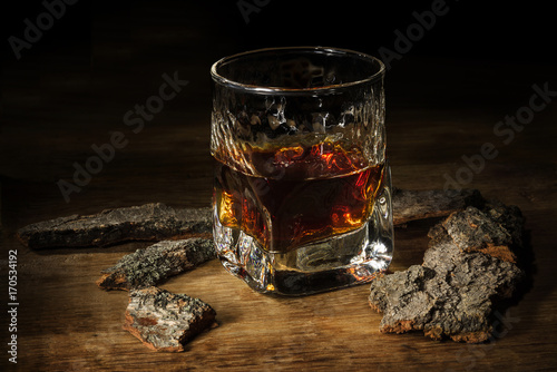 Photo Whisky in the glass on wooden table. Brutal vintage concept
