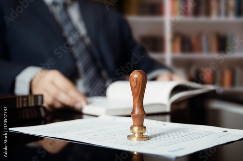 Fotomural  Businessman writing testament at notary public office