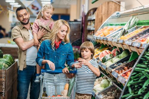 Plakat rodzina z koszykiem w supermarkecie