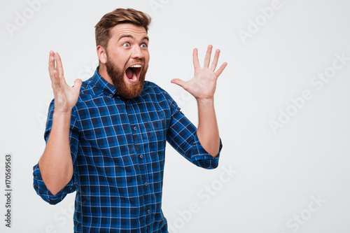 Pinturas sobre lienzo  Screaming shocked man looking at copy space