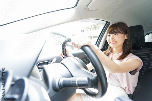Fotografie, Obraz  車を運転する若い日本人女性